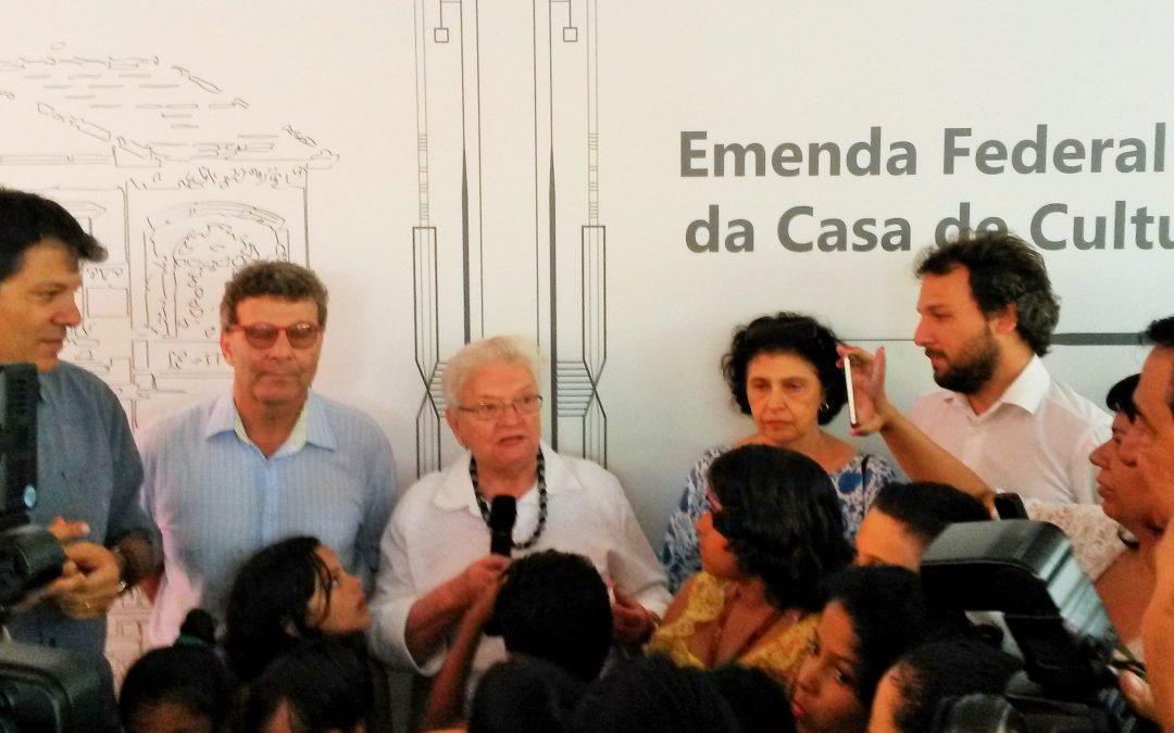 Dep. Luiza Erundina assina convênio para reforma do Casarão da Celso Garcia