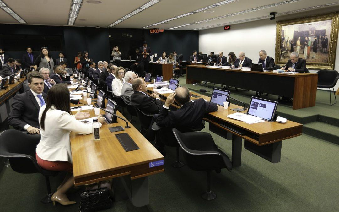"""Com voto contrário do PSOL, comissão na Câmara aprova """"distritão"""" defendido por Temer"""