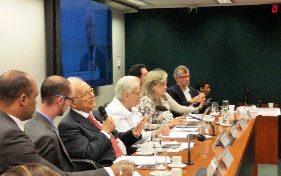 Em debate na CLP, especialistas criticam política de juros altos e cortes em programas sociais