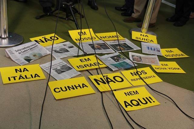 Parlamentares cobram explicações do Presidente da Câmara sobre denúncias de contas no exterior.